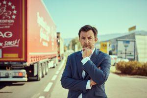 Verkehr: Martin Staudinger auf einer vielbefahrenen Straße